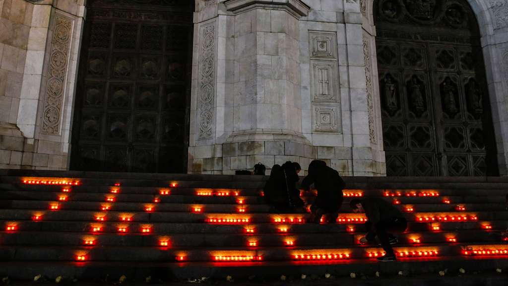 epa05006384 Russian people light candles in shape of number of crashed plane to the memory of victims of the Russian MetroJet Airbus A321 accident in Sinai, Egypt, near The Cathedral of Christ the Saviour in Moscow, Russia, 01 November 2015. A Russian plane with 224 aboard crashed in the Sinai, Egypt on 31 October 2015, killing all on board. EPA/SERGEI ILNITSKY +++(c) dpa - Bildfunk+++