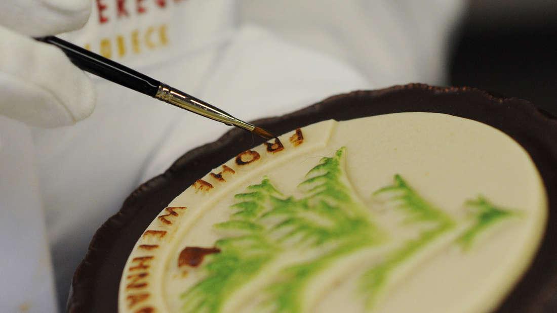 Marzipan: 450 Kcal (pro 100 g)/ 26 Kcal (pro Portion). Marzipan wird meist zu gleichen Teilen aus gemahlenen Mandeln und Puderzucker hergestellt – doppelte Gefahr für die Winterfigur. Marzipan-Kartoffeln bestehen beispielsweise aus reinem Marzipan, das mit einer Zimt-Kakao-Mischung bestäubt wird.
