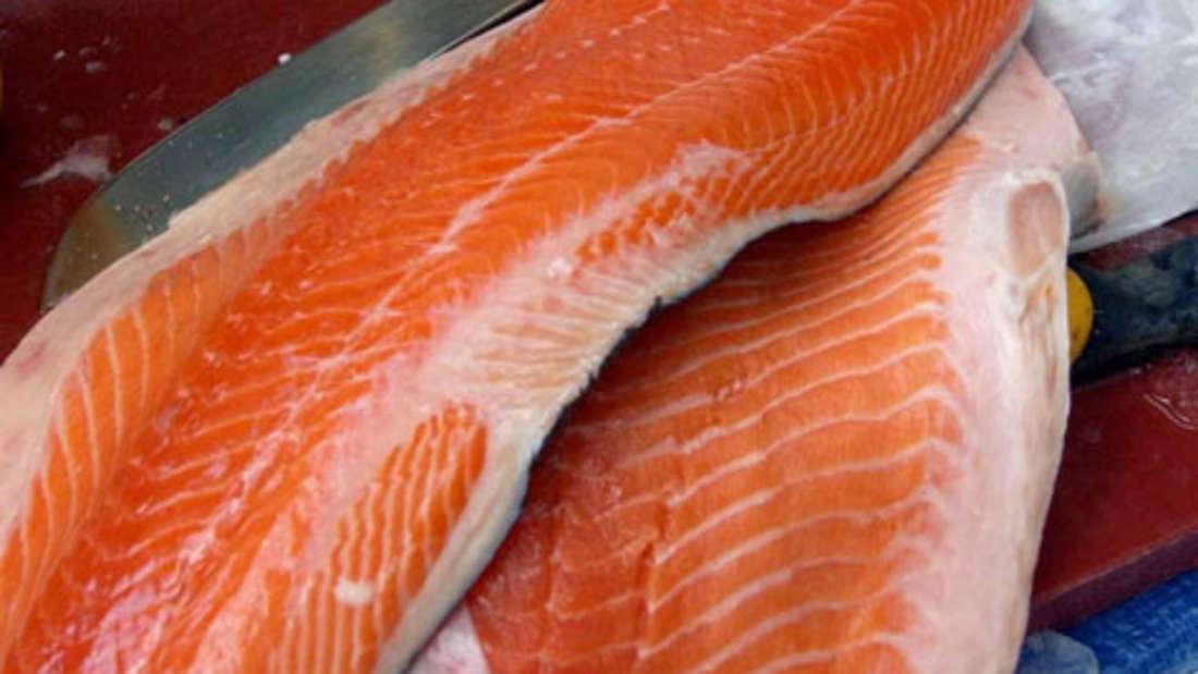 Lachs mit Reis: Pro Portion 400 Kcal. Frischer Lachs ist nicht nur eine leckere Alternative zur Weihnachtsgans – er ist auch gesund. Der Speisefisch ist reich an lebenswichtigen Omega-3-Fettsäuren, die der Körper nicht selbst herstellen kann.