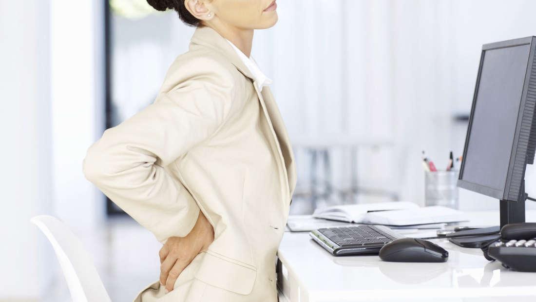 Rückenschmerzen kennt fast jeder, sie haben sich mittlerweile zu einer Volkskrankheit entwickelt.So existieren auch diverse Mythen über den Rücken.Hier die häufigsten Rücken-Irrtümer.