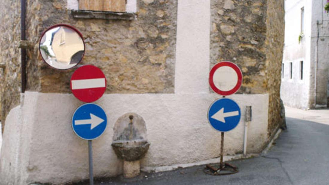 Italien, Manerba: In diesem Dorf haben Autofahrer keine Probleme, einen kleinen Brunnen zu erreichen.