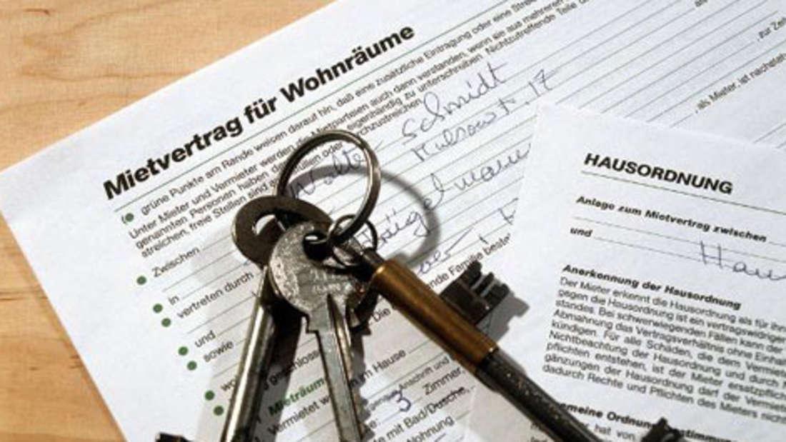 Wenn sich ein Vermieter von seiner Wohnung oder seinem Haus trennt, ist mancher Mieter verunsichert.