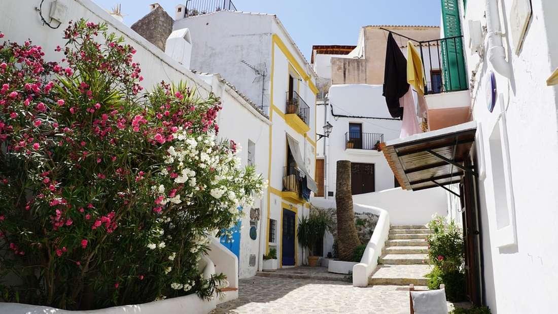 Platz 4:Auf Ibiza kommen vor allem Partygänger auf ihre Kosten. Doch auch Familien finden in den kleinen Buchten ein Stück vom Paradies.