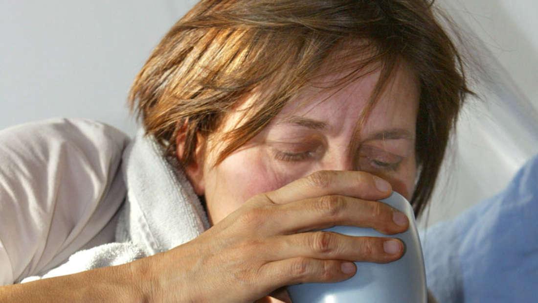 Irrtum Sieben: Ein Schnupfen ist harmlos. Sind die Schleimhäute durch Viren geschädigt, haben Bakterien leichtes Spiel. Erkältungen können weiteren Erregern die Tür öffnen. Nicht selten kommt es zu einer Infektion der Nasennebenhöhlen (Sinusitis), die zu starken Kopfschmerzen führen kann.