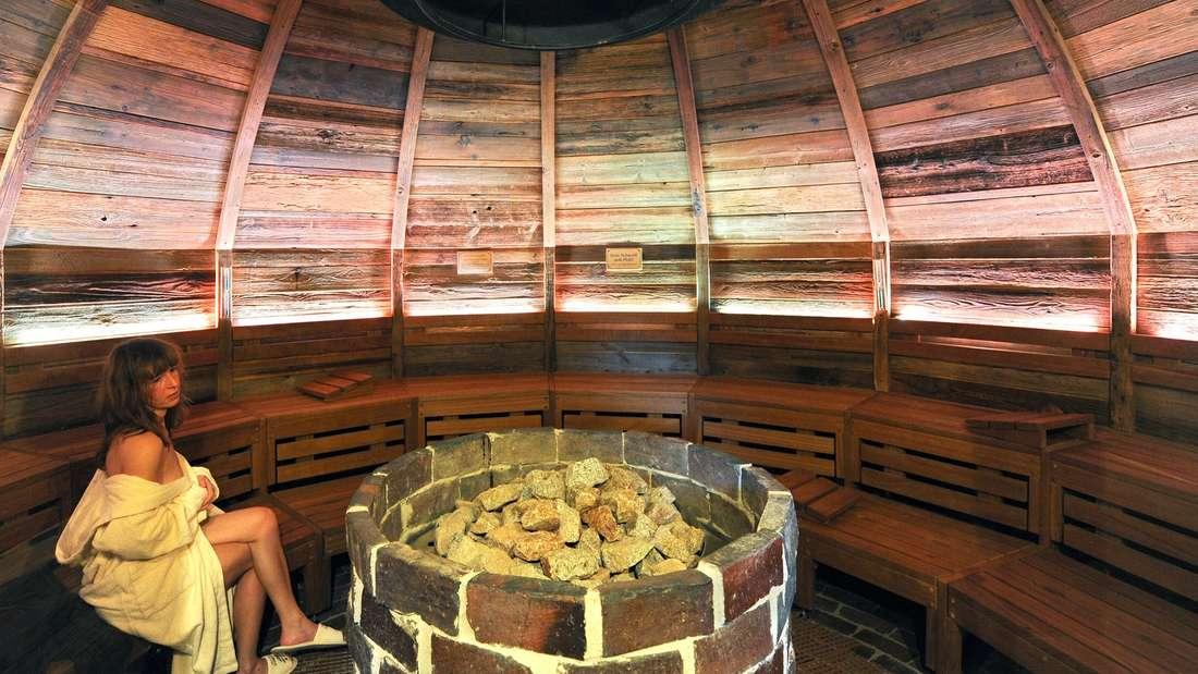 Irrtum Sechs: Erkältungen kann man in der Sauna ausschwitzen. Bloß nicht. Saunagänge stärken den Kreislauf und regen das Immunsystem an, solange man gesund ist. Aber bei einer Infektion belasten sie den Körper zusätzlich und können die Krankheit verschlimmern. Die wirksamste Medizin ist übrigens Schlafen.