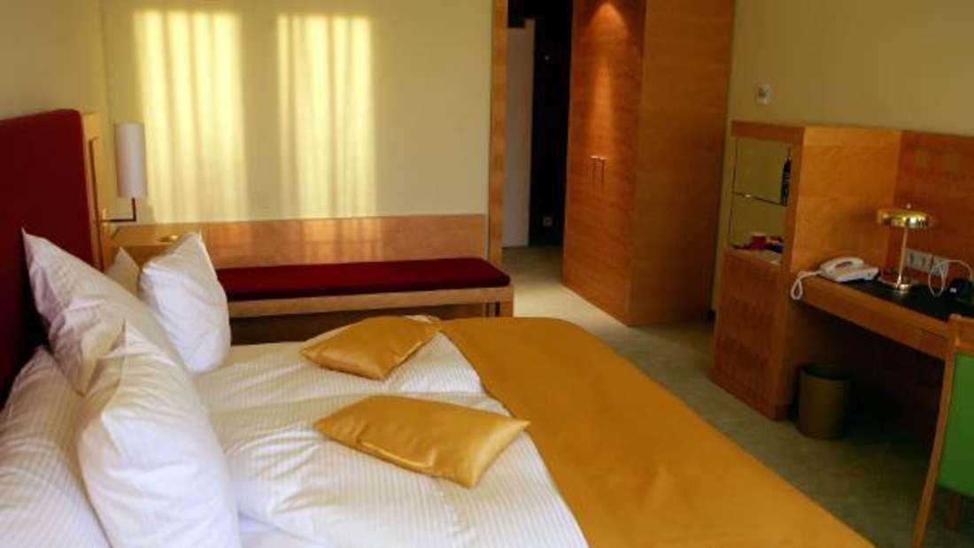 In einem 4-Sterne-Hotel in Stuttgart war eine kleine, dünne, sehr schüchterne Beamtin zu Gast, die den kompletten Raum zerlegte – offenbar ein Eifersuchtsdrama: Sie zertrümmerte ein Flasche auf dem Boden und mit dem zerbrochenen Glas beschädigte sie Bett, Vorhänge und Wand. Sie rief später an, um sich zu entschuldigen.