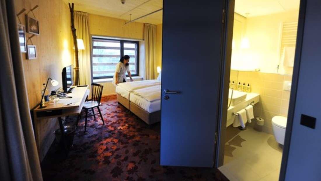 Der Direktor eines 4-Sterne-Hotel in Istanbul hatte eines Tages seinen Bruder als Gast. Für ein Treffen nach Dienstschluss betrat er dessen Zimmer mit einem Generalschlüssel. Um sich die Wartezeit zu Vertreiben, bediente er sich an der Minibar, duschte und rasierte sich. Nachdem er fertig war, traf er direkt den Gast - der nicht sein Bruder war. Der Direktorhatte die Zimmer verwechselt.