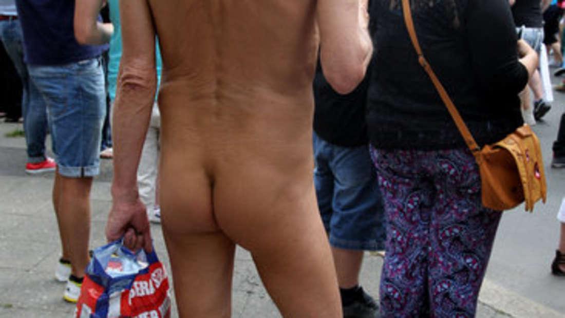 """Fast jedes Hotel hat seine eigene """"nackte Geschichte"""". Gäste, die sich ausgesperrt haben oder Partner, die nach einem Streit nackt vor die Tür gesetzt werden. Jungesellenabschiede enden meist auch nicht trocken und in Vollmontur. Ein Mitarbeiter eines Hotels in Hamburg fand einen nacken, betrunkenen Mann in der Lobby. Anschließend brachte er ihn in einen Ausnüchterungsraum. Dreißig Minuten später fand er einen anderen nackten, betrunkenen Mann, den er in denselben Raum brachte. Später kamen beide, etwas ausgenüchtert, zur Rezeption - sie waren Vater und Sohn."""