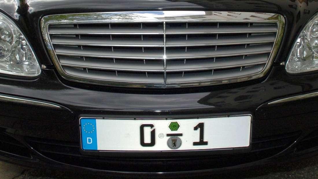 """Das polizeiliche Kfz-Kennzeichen """"0-1"""" an der Mercedes-Limousine des Bundespräsidenten"""