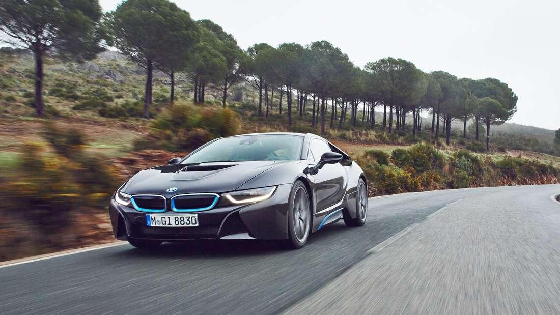 Neue Designsprache beim BMW i8: Die extrem schmalen Laserlichter ermöglichen eine flachere BMW-Frontpartie.
