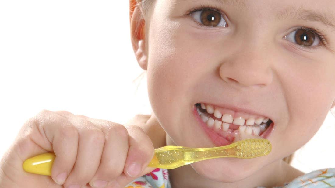 Zähne putzen: Zahnpflege mit Zahnseide.
