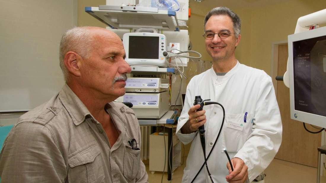 Eingriff für einen freieren Atem: Dr. Wolfgang Gesierich zeigt Hans Winkler das Bronchoskop, mit dessen Hilfe er ihm drei Ventile in die Lunge eingesetzt hat. Seither kann sein Patient wieder tiefer Atem holen.