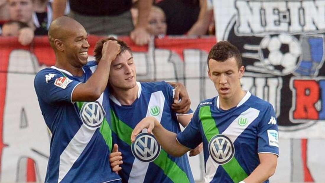 Robin Knoche (M) köpfte das 2:0 für den VfL Wolfsburg. Foto: Bernd Weißbrod