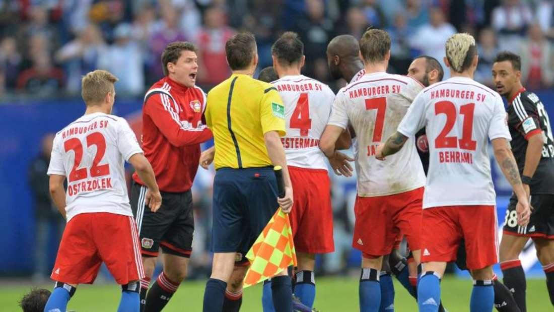 Hitziges Duell in Hamburg. Die aggressive Stimmung auf den Rängen übertrug sich auch auf das Spielfeld. Foto: Carmen Jaspersen