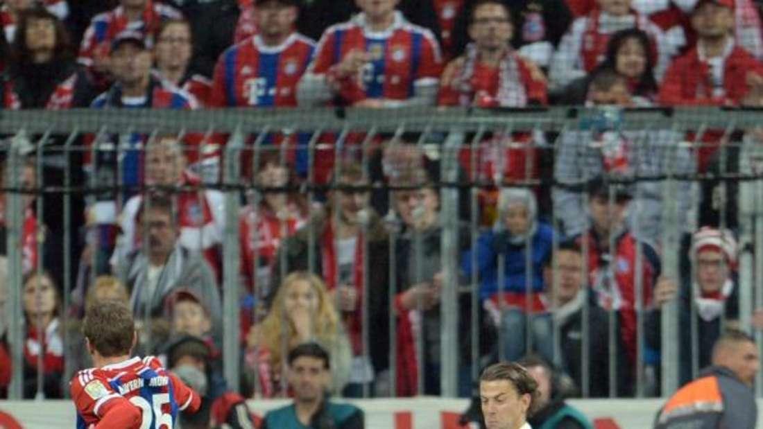 Roman Weidenfeller (r) hält glänzend gegen Thomas Müller. Foto: Andreas Gebert