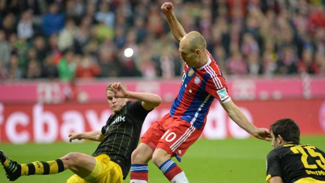 Auch Arjen Robben (M) bringt die Kugel nicht im Dortmunder Tor unter. Foto: Lukas Barth