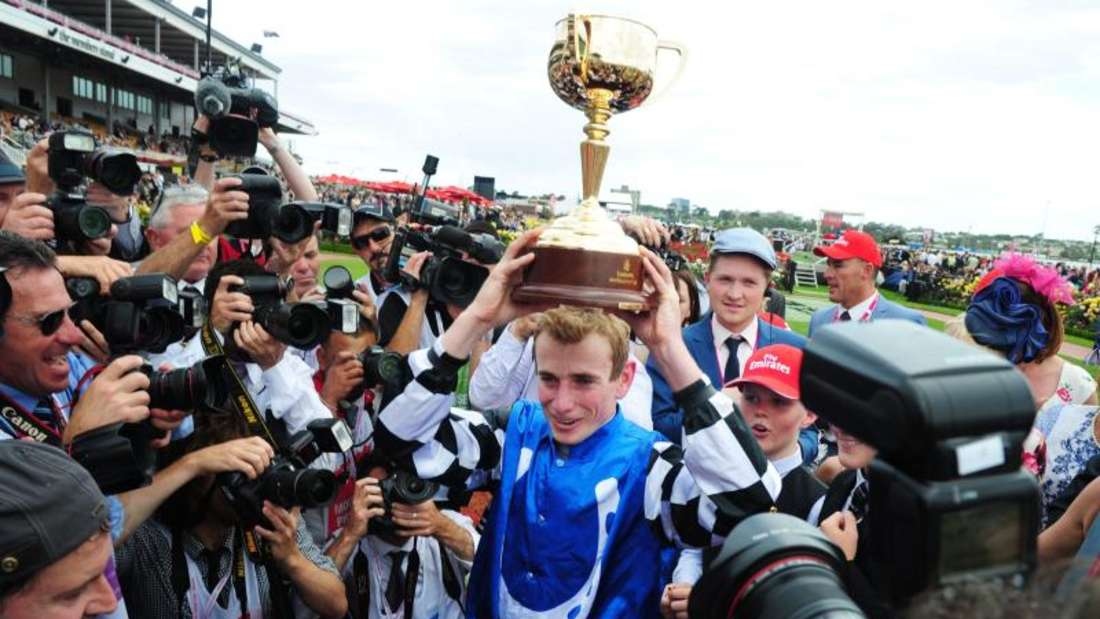 Jockey Ryan Moore posiert nach dem Sieg mit Protectionist mit dem Pokal. Foto:Tracey Nearmy