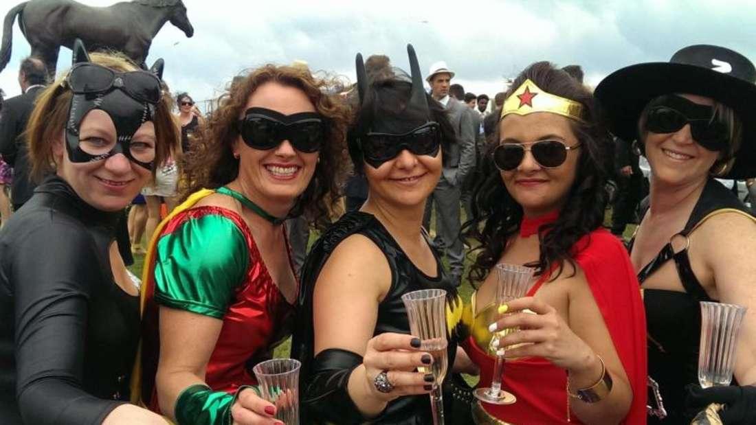 Fünf Besucherinnen des Pferderennens in Melbourne posieren in Superhelden-Kostümen. Foto: Peter Trute