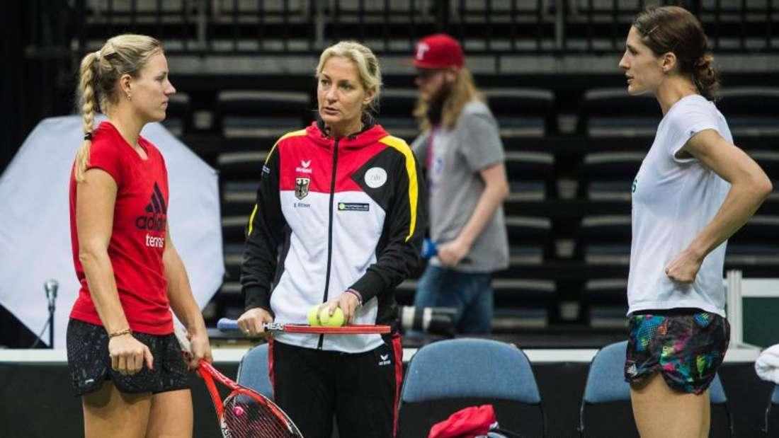 Teamchefin Barbara Rittner (M) spricht beim Training mit Angelique Kerber (l) und Andrea Petkovic. Foto: Filip Singer