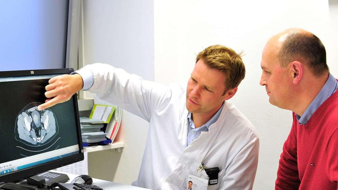 Der Bildschirm zeigt noch die alte Blase: Urologe Dr. Alexander Karl zeigt seinem Patienten Gotthard Weiss, wo der große Tumor saß.
