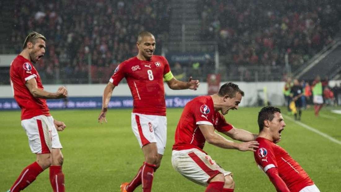 Fabian Schär (r.) feiert seinen Treffer zum 2:0. Am Ende besiegt die Schweiz Litauen mit 4:0. Foto: Gian Ehrenzeller
