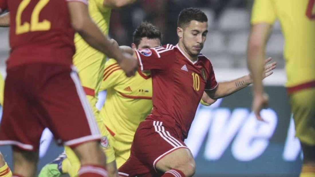 Eden Hazard (m) und seine Belgier mussten sich gegen Wales mit einem Punkt zufrieden geben. Foto: Olivier Hoslet