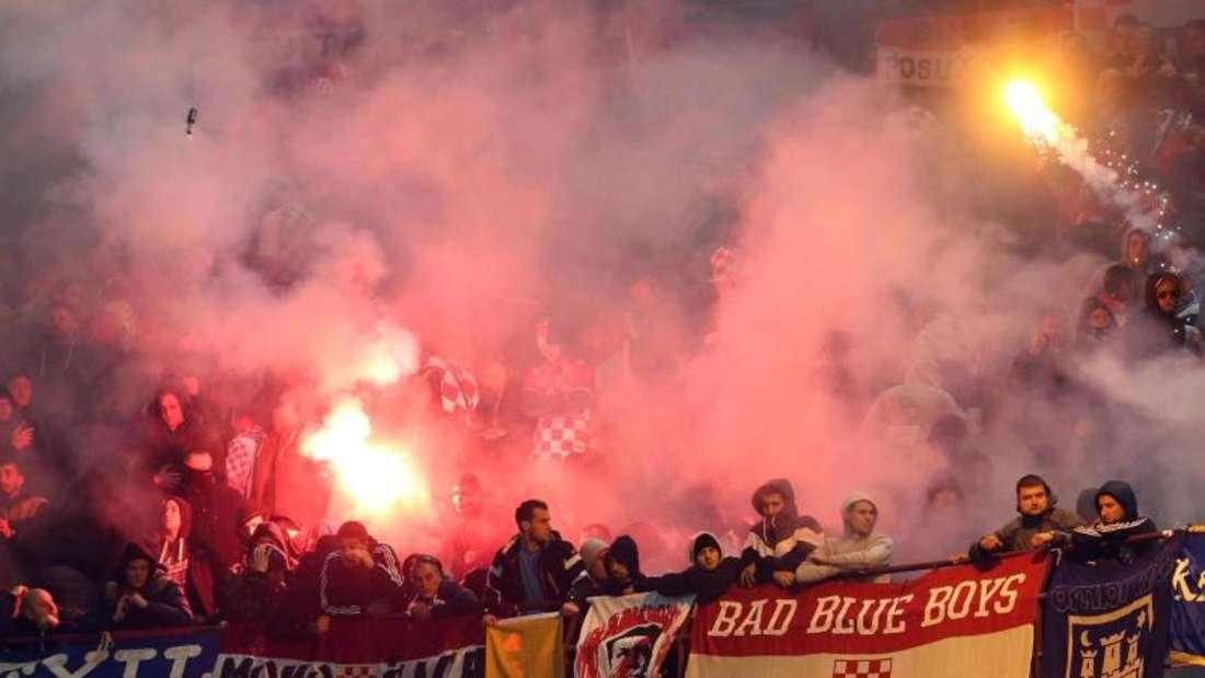 Kroatische Fans werfen mit Feuerwerkskörpern. Foto: Matteo Bazzi