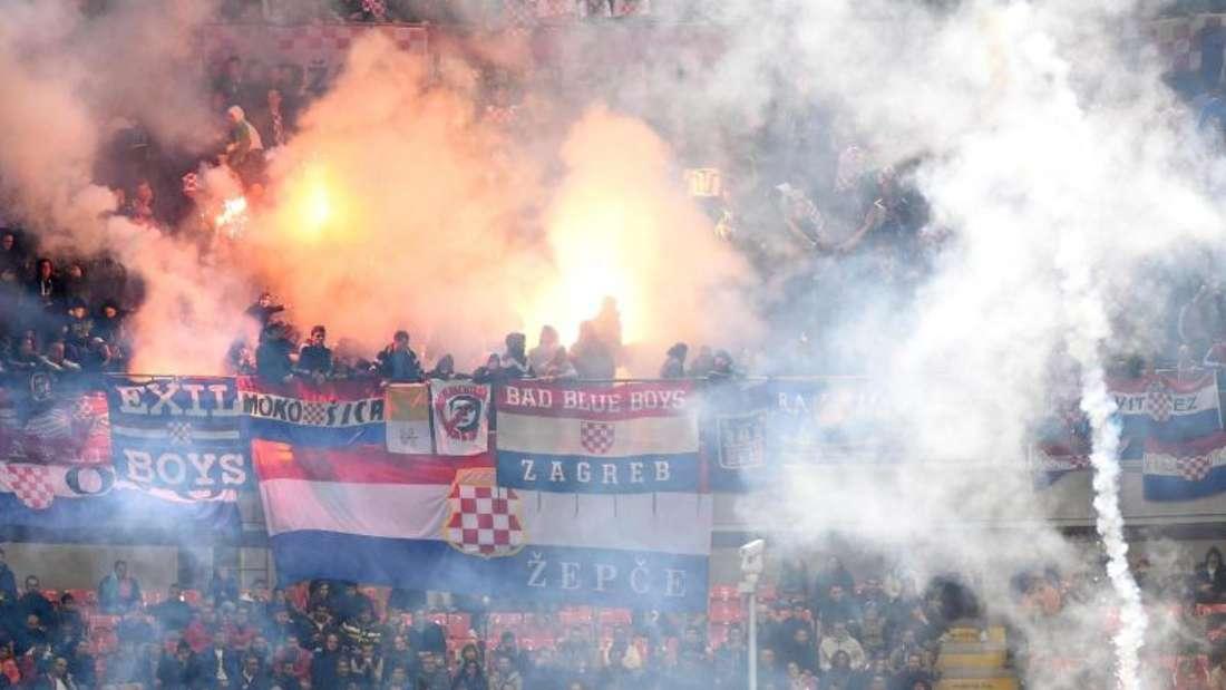 Kroatische Fans zündeten in Mailand auf den Tribünen Pyrotechnik. Foto:Daniel Dal ZennarO