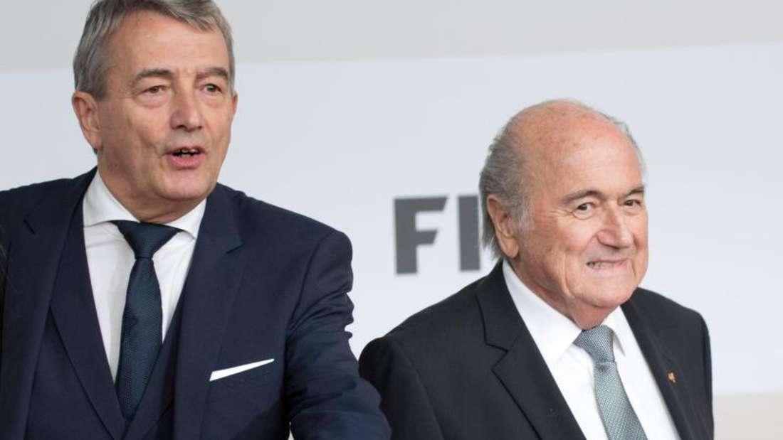 DFB-Präsident Wolfgang Niersbach (l) tappt bei der Strafanzeige von FIFA-Präsident Joseph Blatter im Dunkeln. Foto: Jörg Carstensen