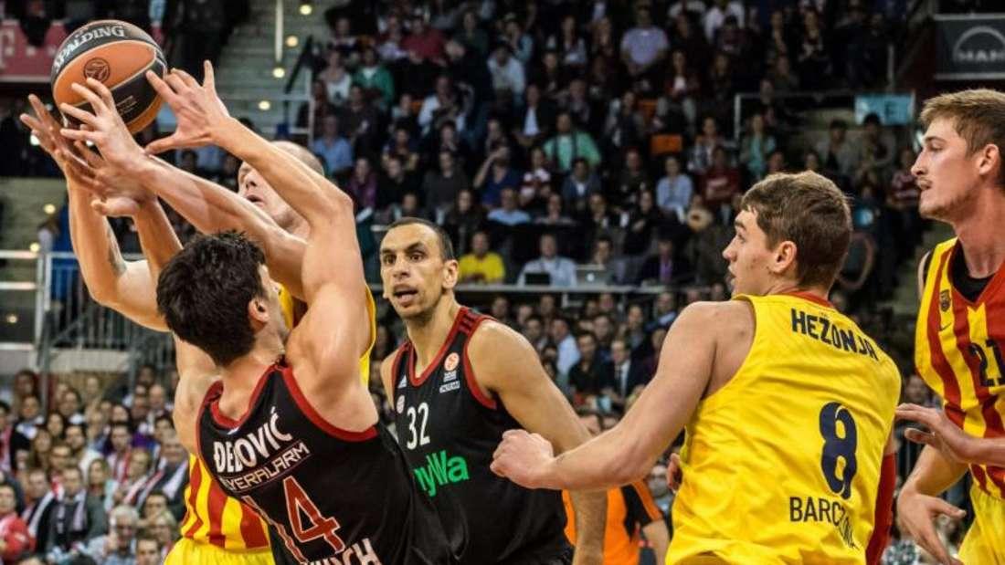 Für die Bayern um Nihad Djedovic (2.v.l.) und Yassin Idbihi (M.) war gegen Barcelona nicht viel zu holen. Foto: Nicolas Armer