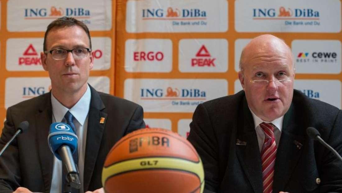 DBB-Präsident Ingo Weiss (r) präsentierte stolz den neuen Bundestrainer Chris Fleming. Foto: Matthias Balk