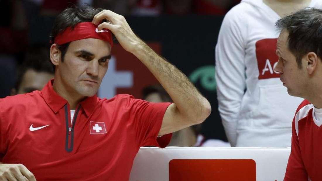 Roger Federer hatte offensichtlich noch mit seinen Rückenbeschwerden zu kämpfen und verlor deutlich gegen Gael Monfils. Foto: Salvatore Di Nolfi