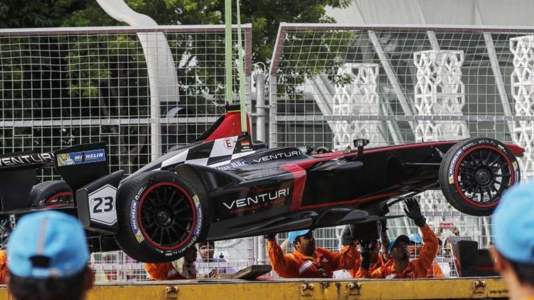 Nick Heidfeld musste das Rennen in Malaysia aufgeben. Sein E-Rennwagen wurde abtransportiert. Foto: Ahmad Yusni