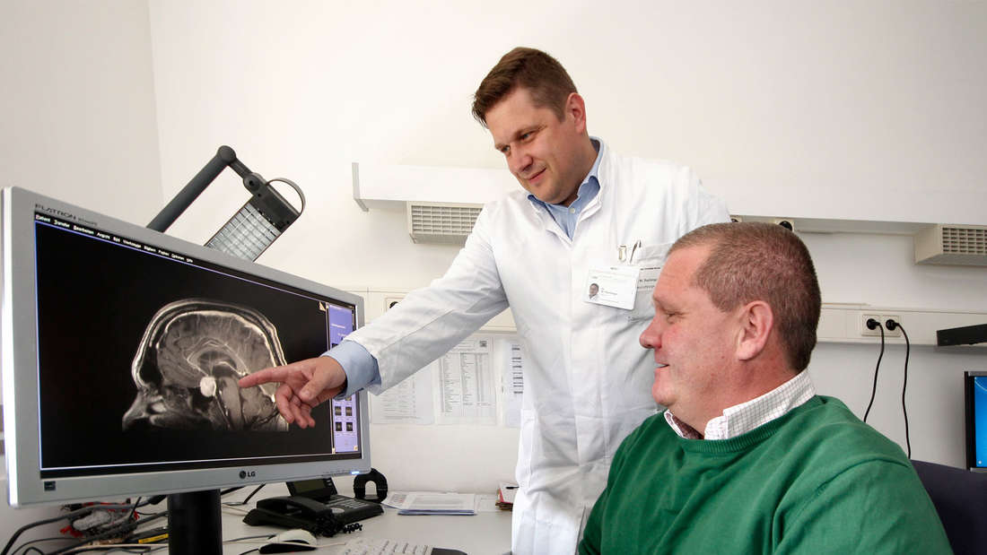 Wo der Hypophysen-Tumor wuchs zeigt Dr. Walter Rachinger seinem Patienten Arthur Loibl auf dem Bildschirm.