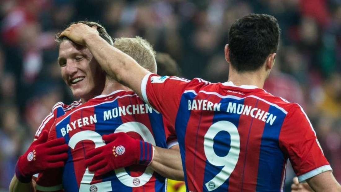 Bastian Schweinsteiger (l) genießt bei seinem Comeback die besondere Zuneigung seiner Teamkollegen und der Fans. Foto: Nicolas Armer