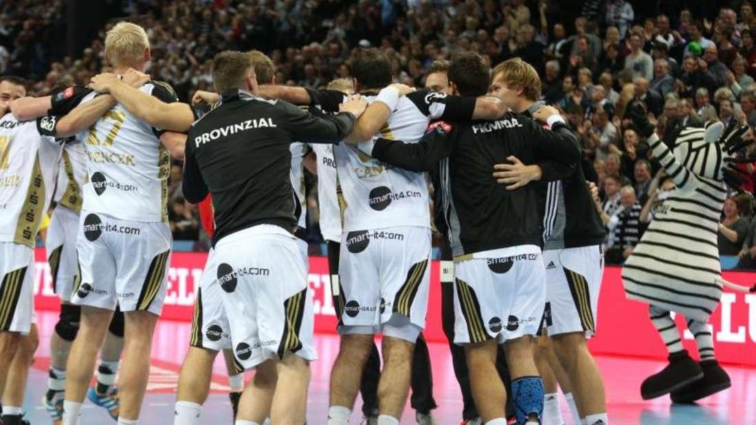 Die Spieler des THW Kiel feiern den Sieg über Paris St. Germain. Foto: Axel Heimken