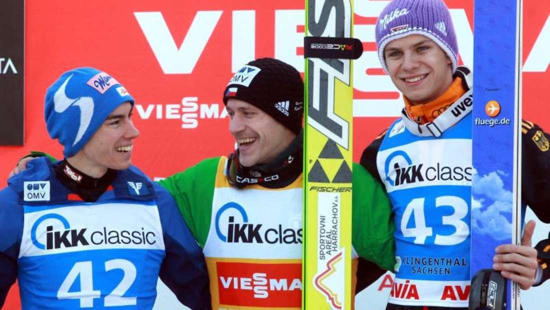 Roman Koudelka (M) siegte in Klingenthal vor Stefan Kraft (l) und Andreas Wellinger. Foto: Grzegorz Momot