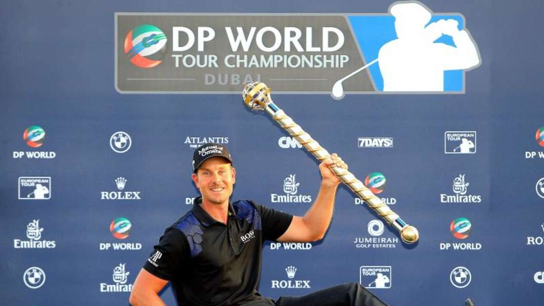 Henrik Stenson posiert in Dubai mit dem Pokal. Foto: YOSHUA ARIAS