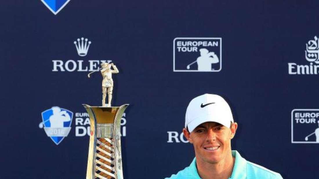 Rory McIlroy und die riesige «Race to Dubai»-Trophäe. Foto: Yoshua Arias