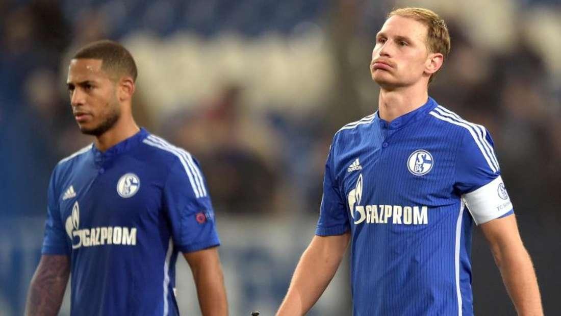 Dennis Aogo (l) und Benedikt Höwedes sind restlos bedient: Der FC Schalke 04 ging mit 0:5 daheim unter. Foto: Federico Gambarini