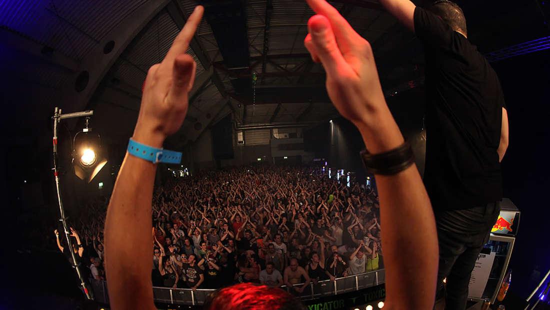 """Über 11.500 Fans feiern beim """"Toxicator""""-Festival in der Maimarkthalle zu den härtesten Techno-Styles."""