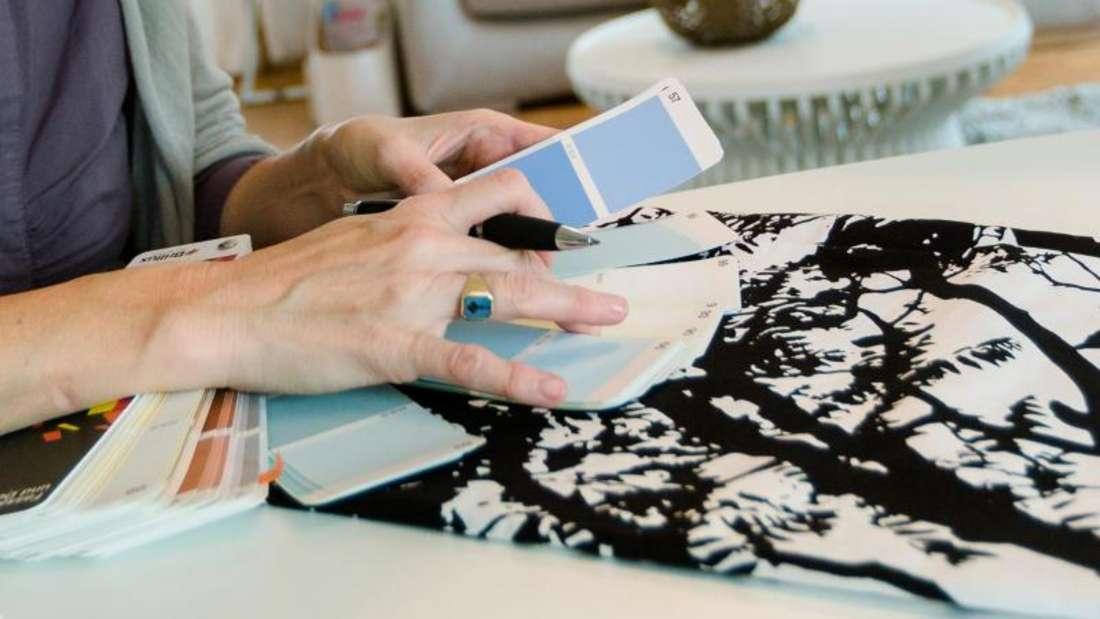 Farbproben und Mustergardinen zusammen ausprobieren - so sieht man vor dem Kauf, ob das Gesamtkonzept auch wirklich passt.