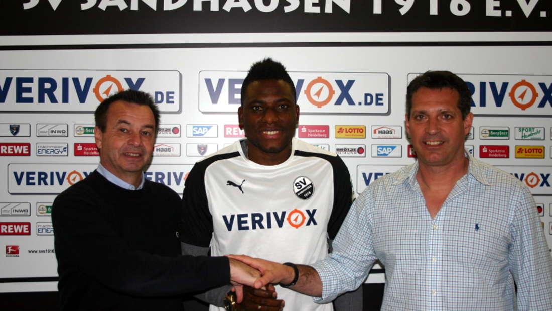 Otmar Schork, Geschäftsführer des SV Sandhausen, Solomon Okoronkwo und Trainer Alois Schwartz (v. li.).