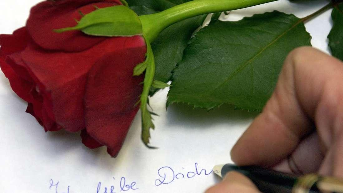 Mit drei Liebesbriefen und teuren Geschenken will der Mann seine Auserwählte überzeugen (Symbolfoto).