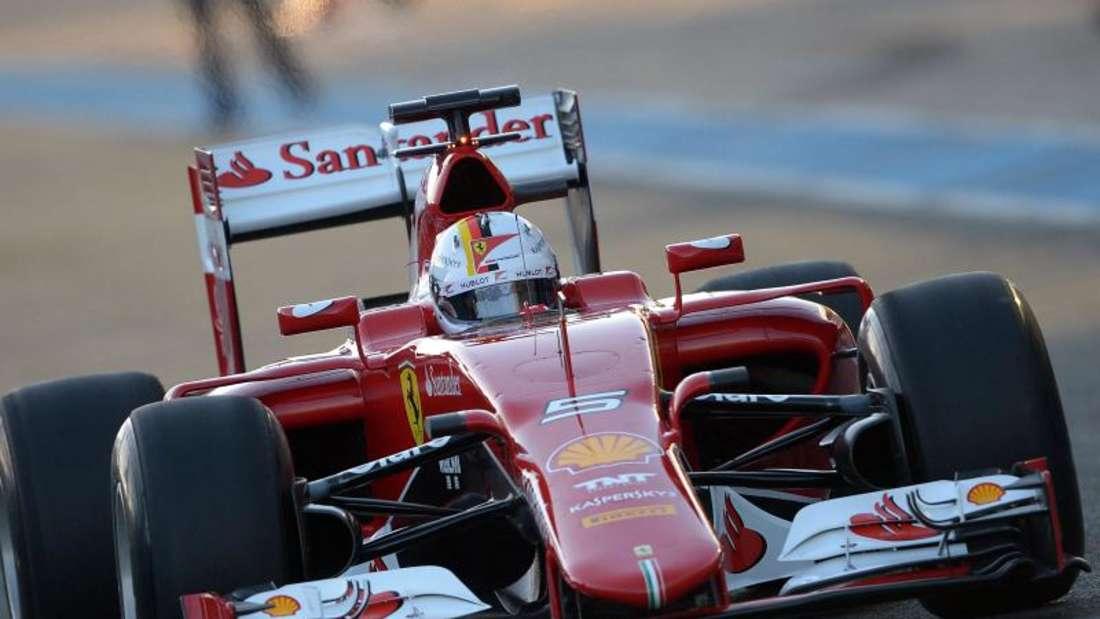 Der erste Rennwagen auf der Strecke ist der Ferrari mit Sebastian Vettel am Steuer. Foto: Peter Steffen