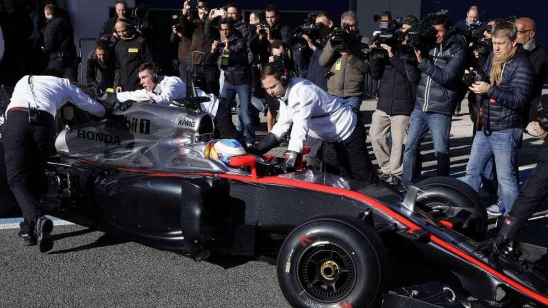 Den McLaren von Fernando Alonso ziert seitlich ein markanter roter Streifen. Foto: Jorge Zapata
