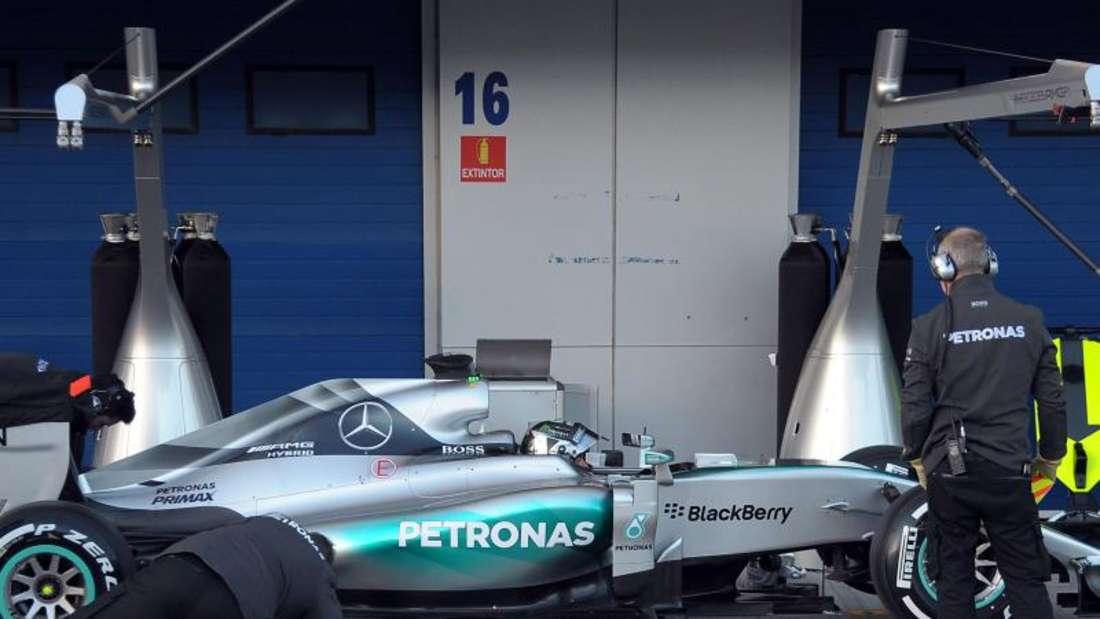 Während des Tests wird der neue Mercedes gründlich gecheckt - Rosberg bleibt aus Zeitersparnis im Cockpit sitzen. Foto: Peter Steffen