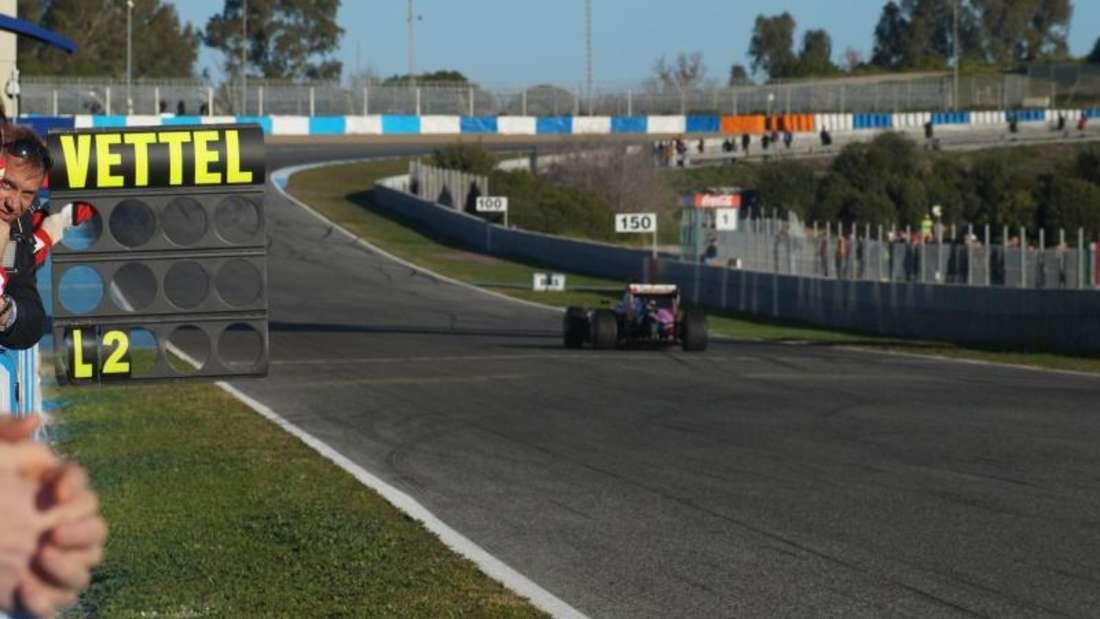 Als erster aller Piloten geht Ex-Weltmeister Sebastian Vettel auf die Strecke. Foto: Jens Marx
