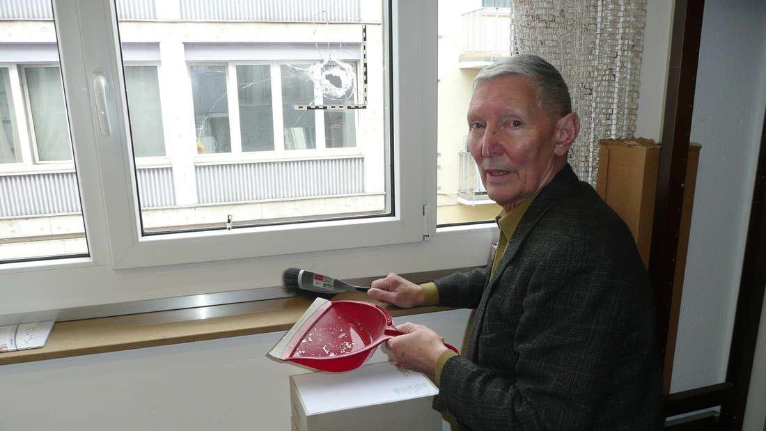 Bei Buchhändler Joachim Krause (77) schlug das Projektil der Schießerei durchs Fenster im ersten Stock.