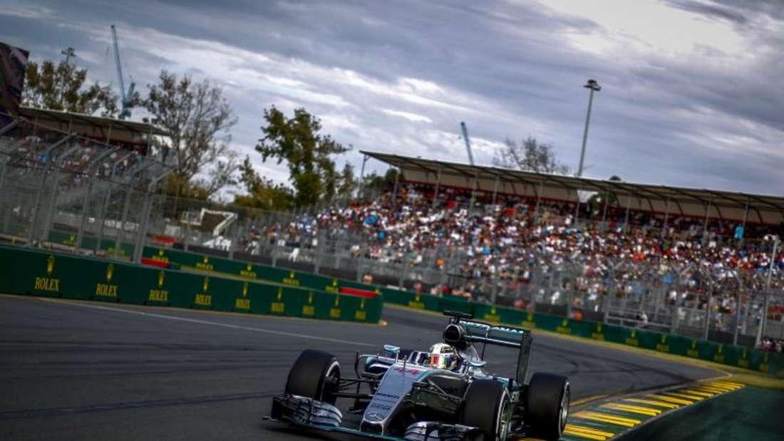 Alle Augen werden auf Titelverteidiger Lewis Hamilton auf der Pole und direkt dahinter seinen Teamkollegen Nico Rosberg gerichtet sein. Foto: Diego Azubel